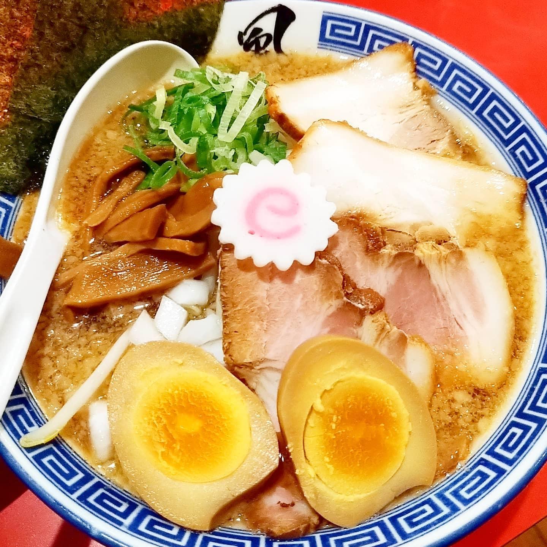 #武蔵小山ラーメン情報#風は南から#特製醤油ラーメン #侍猫度☆☆☆☆★あっさり--+--コッテリシンプル---+-具沢山極細麺系--+--極太麺系大山鳥と魚介のダブルスープ。チャーシューかな?中華系の香辛料がほんのり香る美味しいやつでした。店内は超昭和感を感じるデザインです。ここは、駅からも近いので何度も食べに行ってるお店の一つですな。#ラーメン #ラーメン大好き #ラーメン食べ歩き #ramen